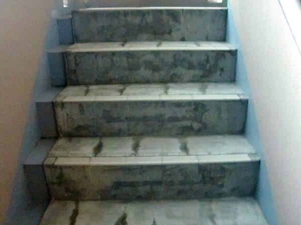 階段塩ビシート貼り施工前