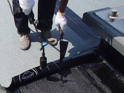 屋上アスファルト防水施工中